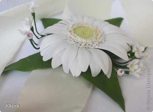Белая гербера на браслет для свидетельницы фото 2