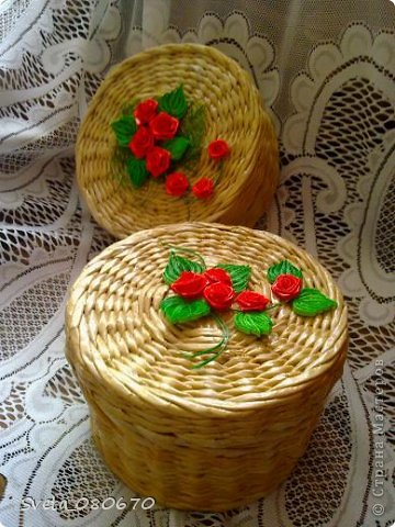 Две шкатулки, украшенные квиллинговыми розочками  с листочками. Плетение: прямой веревочкой крышка, а сами шкатулки ситцевым плетением двумя трубочками. фото 1