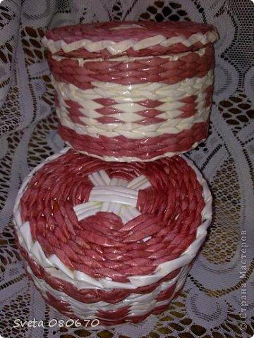 Две шкатулки, украшенные квиллинговыми розочками  с листочками. Плетение: прямой веревочкой крышка, а сами шкатулки ситцевым плетением двумя трубочками. фото 7