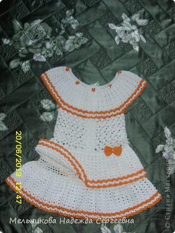 Вот такое летнее платье, получилось для соседской девочки (девочке почти три года). Связанно из мерсеризованного хлопка крючком  2 мм, ушло почти 3 мотка белого хлопка по 50 г (200 м) и не много оранжевого.  фото 3