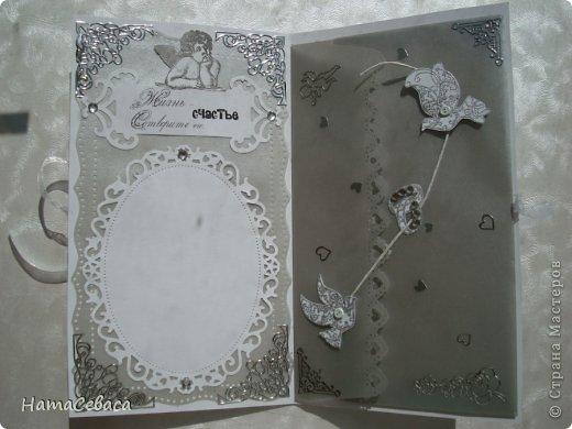 Смастерила открыточку на свадьбу. Картинка в технике пергамано, подложка - серебристый веллум. Товарищ жених вырезан в кальке.  Цветочки делала сама из кальки. Внутри конверт для подарка. фото 4