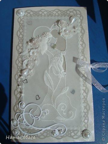 Смастерила открыточку на свадьбу. Картинка в технике пергамано, подложка - серебристый веллум. Товарищ жених вырезан в кальке.  Цветочки делала сама из кальки. Внутри конверт для подарка. фото 2