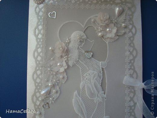 Смастерила открыточку на свадьбу. Картинка в технике пергамано, подложка - серебристый веллум. Товарищ жених вырезан в кальке.  Цветочки делала сама из кальки. Внутри конверт для подарка. фото 3