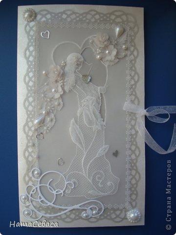 Смастерила открыточку на свадьбу. Картинка в технике пергамано, подложка - серебристый веллум. Товарищ жених вырезан в кальке.  Цветочки делала сама из кальки. Внутри конверт для подарка. фото 1