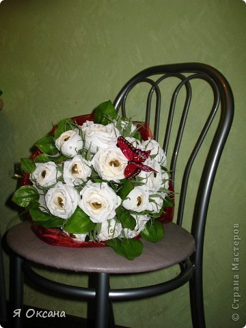 ДЕвочки, спешу поделиться своим новым творением! Заказали мне букет из 17 белых роз и вот что получилось! Прежде чем выставить работу на обозрение заказчице - в первую очередь выкладываю на ваш суд. Мне самой букет очень-очень понравился! большое спасибо девочкам, помогавшим подобрать к нему органзу! Бордовый оказался самым удачным! фото 2