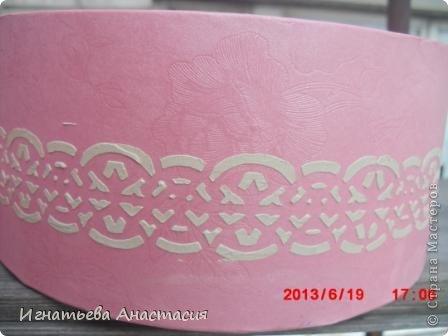 Подруга принесла затёртую коробочку. кроме розового фона ничего не было. Крышка дырявая, внутри затёртый старый картон. долго думала, что сделать. начала зачем-то с аппликации, хотела золотые кружева )) Но как видите, кружева получились кремовые.  фото 3