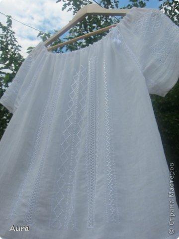 Давно мечтала о такой блузке  и вот, наконец, нашла время и вышила:)) Это традиционная блузка, часть народного костюма. Нет ни одного машинного стежка и ни одного узла:) Ткань - истонченный лён, вышивала нитью DMC B5200 и S5200. фото 5