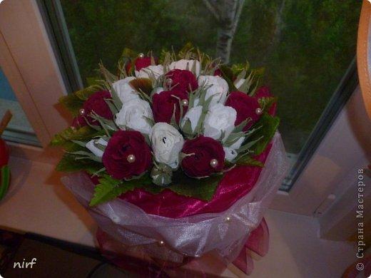 Доброе время суток, мои дорогие. Я опять к вам с моимоими любимыми розами, ну никак от них не могу отказаться, хорошо хоть заказчикам они пока не надоели. Так что пока они родные. Девочки, прошу прощение за фотки, букеты забрали вечером,  утра не дали дождаться, при дневном свете совсем другое дело. фото 15