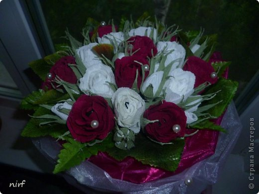 Доброе время суток, мои дорогие. Я опять к вам с моимоими любимыми розами, ну никак от них не могу отказаться, хорошо хоть заказчикам они пока не надоели. Так что пока они родные. Девочки, прошу прощение за фотки, букеты забрали вечером,  утра не дали дождаться, при дневном свете совсем другое дело. фото 16