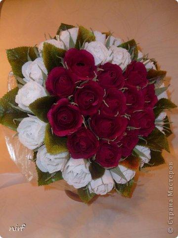 Доброе время суток, мои дорогие. Я опять к вам с моимоими любимыми розами, ну никак от них не могу отказаться, хорошо хоть заказчикам они пока не надоели. Так что пока они родные. Девочки, прошу прощение за фотки, букеты забрали вечером,  утра не дали дождаться, при дневном свете совсем другое дело. фото 2