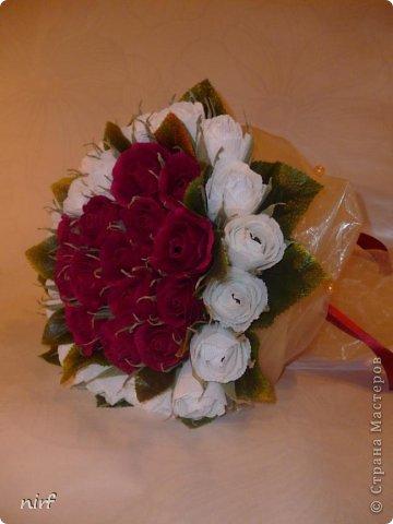 Доброе время суток, мои дорогие. Я опять к вам с моимоими любимыми розами, ну никак от них не могу отказаться, хорошо хоть заказчикам они пока не надоели. Так что пока они родные. Девочки, прошу прощение за фотки, букеты забрали вечером,  утра не дали дождаться, при дневном свете совсем другое дело. фото 3