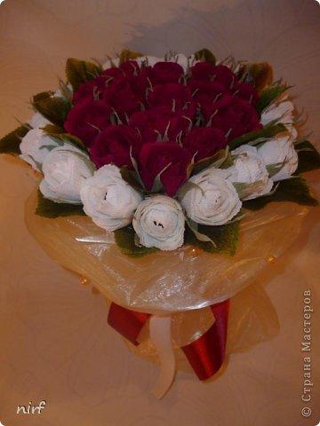 Доброе время суток, мои дорогие. Я опять к вам с моимоими любимыми розами, ну никак от них не могу отказаться, хорошо хоть заказчикам они пока не надоели. Так что пока они родные. Девочки, прошу прощение за фотки, букеты забрали вечером,  утра не дали дождаться, при дневном свете совсем другое дело. фото 4