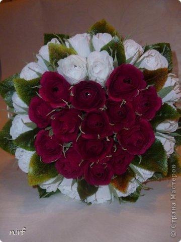 Доброе время суток, мои дорогие. Я опять к вам с моимоими любимыми розами, ну никак от них не могу отказаться, хорошо хоть заказчикам они пока не надоели. Так что пока они родные. Девочки, прошу прощение за фотки, букеты забрали вечером,  утра не дали дождаться, при дневном свете совсем другое дело. фото 1