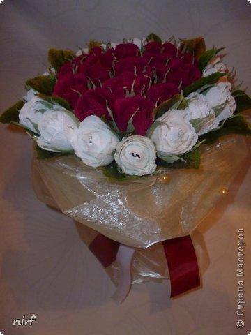 Доброе время суток, мои дорогие. Я опять к вам с моимоими любимыми розами, ну никак от них не могу отказаться, хорошо хоть заказчикам они пока не надоели. Так что пока они родные. Девочки, прошу прощение за фотки, букеты забрали вечером,  утра не дали дождаться, при дневном свете совсем другое дело. фото 5