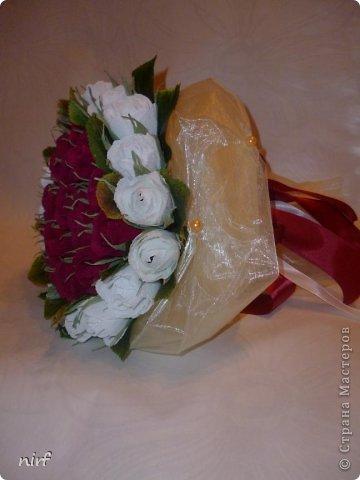 Доброе время суток, мои дорогие. Я опять к вам с моимоими любимыми розами, ну никак от них не могу отказаться, хорошо хоть заказчикам они пока не надоели. Так что пока они родные. Девочки, прошу прощение за фотки, букеты забрали вечером,  утра не дали дождаться, при дневном свете совсем другое дело. фото 7