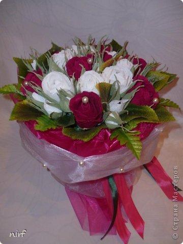 Доброе время суток, мои дорогие. Я опять к вам с моимоими любимыми розами, ну никак от них не могу отказаться, хорошо хоть заказчикам они пока не надоели. Так что пока они родные. Девочки, прошу прощение за фотки, букеты забрали вечером,  утра не дали дождаться, при дневном свете совсем другое дело. фото 9