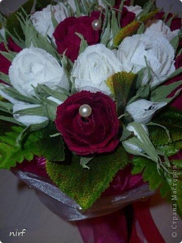 Доброе время суток, мои дорогие. Я опять к вам с моимоими любимыми розами, ну никак от них не могу отказаться, хорошо хоть заказчикам они пока не надоели. Так что пока они родные. Девочки, прошу прощение за фотки, букеты забрали вечером,  утра не дали дождаться, при дневном свете совсем другое дело. фото 11