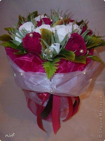 Доброе время суток, мои дорогие. Я опять к вам с моимоими любимыми розами, ну никак от них не могу отказаться, хорошо хоть заказчикам они пока не надоели. Так что пока они родные. Девочки, прошу прощение за фотки, букеты забрали вечером,  утра не дали дождаться, при дневном свете совсем другое дело. фото 14
