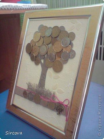 Все очень просто, рама без стекла15х20, фон, деревце из бумаги, и монеты разной величины, страны и номинала -  остальное Ваша фантазия. фото 3