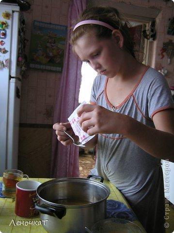 """Гуляя  по просторам  интернета , мы  наткнулись  на  рецепт  мармелада из  лимонада.  У Леськи  глаза   загорелись:""""Мам,  а  давай попробуем  сделать!"""" На  том  и порешили! За одно   и  рецепт   проверили! И  так, нам  потребуется: 0,5 литра настоящего лимонада(мы  брали  грушевый), 50 г желатина, 1 кг сахара, 2 ч. л. лимонной кислоты (можно  меньше, но  слишком   притарно). 1 капля фруктовой (например, апельсиновой) эссенции. фото 4"""