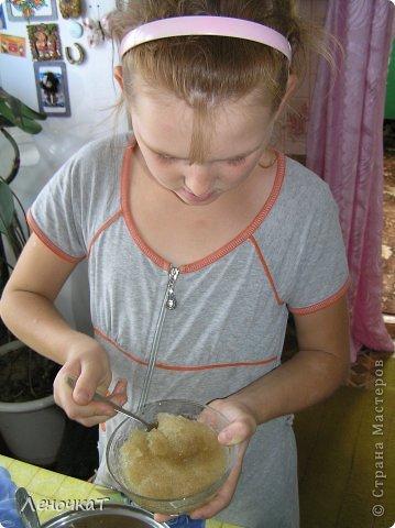 """Гуляя  по просторам  интернета , мы  наткнулись  на  рецепт  мармелада из  лимонада.  У Леськи  глаза   загорелись:""""Мам,  а  давай попробуем  сделать!"""" На  том  и порешили! За одно   и  рецепт   проверили! И  так, нам  потребуется: 0,5 литра настоящего лимонада(мы  брали  грушевый), 50 г желатина, 1 кг сахара, 2 ч. л. лимонной кислоты (можно  меньше, но  слишком   притарно). 1 капля фруктовой (например, апельсиновой) эссенции. фото 6"""