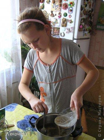 """Гуляя  по просторам  интернета , мы  наткнулись  на  рецепт  мармелада из  лимонада.  У Леськи  глаза   загорелись:""""Мам,  а  давай попробуем  сделать!"""" На  том  и порешили! За одно   и  рецепт   проверили! И  так, нам  потребуется: 0,5 литра настоящего лимонада(мы  брали  грушевый), 50 г желатина, 1 кг сахара, 2 ч. л. лимонной кислоты (можно  меньше, но  слишком   притарно). 1 капля фруктовой (например, апельсиновой) эссенции. фото 7"""