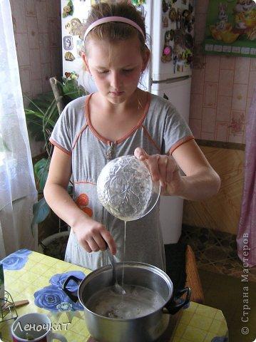 """Гуляя  по просторам  интернета , мы  наткнулись  на  рецепт  мармелада из  лимонада.  У Леськи  глаза   загорелись:""""Мам,  а  давай попробуем  сделать!"""" На  том  и порешили! За одно   и  рецепт   проверили! И  так, нам  потребуется: 0,5 литра настоящего лимонада(мы  брали  грушевый), 50 г желатина, 1 кг сахара, 2 ч. л. лимонной кислоты (можно  меньше, но  слишком   притарно). 1 капля фруктовой (например, апельсиновой) эссенции. фото 8"""