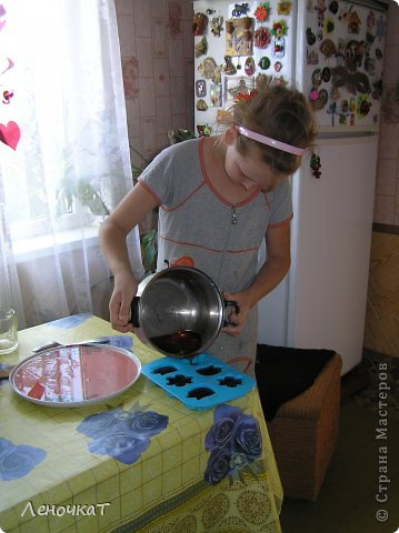 """Гуляя  по просторам  интернета , мы  наткнулись  на  рецепт  мармелада из  лимонада.  У Леськи  глаза   загорелись:""""Мам,  а  давай попробуем  сделать!"""" На  том  и порешили! За одно   и  рецепт   проверили! И  так, нам  потребуется: 0,5 литра настоящего лимонада(мы  брали  грушевый), 50 г желатина, 1 кг сахара, 2 ч. л. лимонной кислоты (можно  меньше, но  слишком   притарно). 1 капля фруктовой (например, апельсиновой) эссенции. фото 10"""