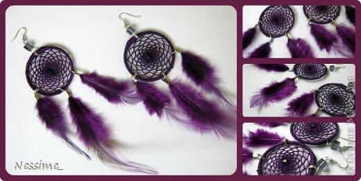 Миниатюрные серьги в виде индейского талисмана – ловца сновидений. Серги выполнены в темно бордовой цветовой гамме с вкраплением бусин из чешского стекла. Так же тут присутствуют перья петуха (окрашенные) и посеребренная фурнитура. Прекрасно сидят в шуках. Легкие, не одтягивают мочки ушей.