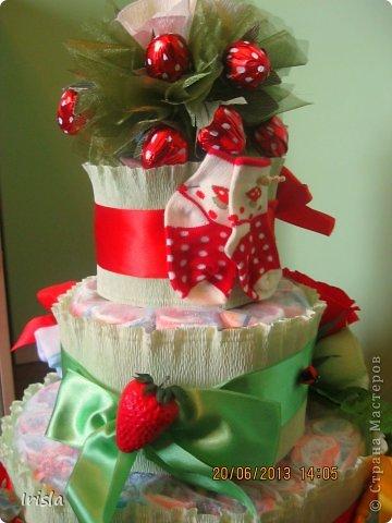 Здравствуйте, жители страны! У меня родила подруга!!! На выписку я сделала вот такой тортик из памперсов. На такой торт ушло 104 памперса. фото 3