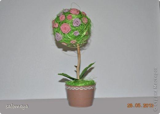 """Здравствуйте! Вот хочу показать вам своё очередное  """"творение""""!  Хорошо когда есть заготовки, это дерево делала буквально за один вечер из того что нашла  в  своих закромах. Крону сделала из пенопластового шарика, покрасила зелёной краской, намазала клеем и обернула сизалем.Получился немного лохматый, может так и должно быть, не знаю, первый опыт работы с сизалью. Ствол - натуральный как видите, покрыт лаком. Горшочек сделала сама ещё зимой из остатков ХФ. Покрасила и украсила. Ну и розочки мои любимые тоже из  самоварного ХФ. Размер наверное сантиметров 12 где-то... фото 2"""