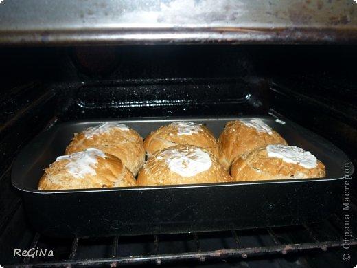 Ужин сегодня таков...Скажу сразу если такие МК есть,извеняюсь,но я их не нашла.Очень любим пирожки,но на них порой не хватает времени,и тут на замену им приходят булочки,а начинка у них может быть любой н ваш вкус.(капуста,картошка и т.д.)а понадобится нам круглые булочки-у меня их 6,сметана маленькая баночка,шампиньоны и варено/копченая колбаса-на начинку и томатная паста и чуть-чуть сыра       .Начнем... фото 7
