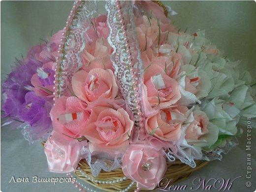Здравствуйте, дорогие Мастерицы!))Сегодня у меня солянка из свит-дизайна и свадебного.Сначала большая корзина.В ней 65 розочек с рафаэлло. Заказала племянница, на юбилей тёте ( 65- лет, 65- роз!) фото 1