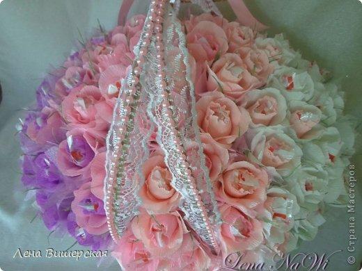 Здравствуйте, дорогие Мастерицы!))Сегодня у меня солянка из свит-дизайна и свадебного.Сначала большая корзина.В ней 65 розочек с рафаэлло. Заказала племянница, на юбилей тёте ( 65- лет, 65- роз!) фото 2