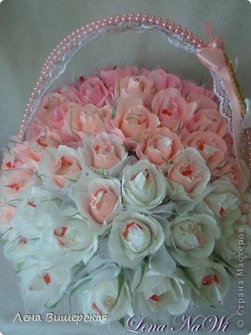 Здравствуйте, дорогие Мастерицы!))Сегодня у меня солянка из свит-дизайна и свадебного.Сначала большая корзина.В ней 65 розочек с рафаэлло. Заказала племянница, на юбилей тёте ( 65- лет, 65- роз!) фото 4