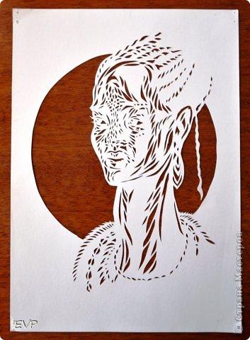 Очень понравилась африканская девушка. Всегда вырезаю сразу две картинки, одну покрасила чёрной акриловой глянцевой (отсюда блеск) краской. фото 3