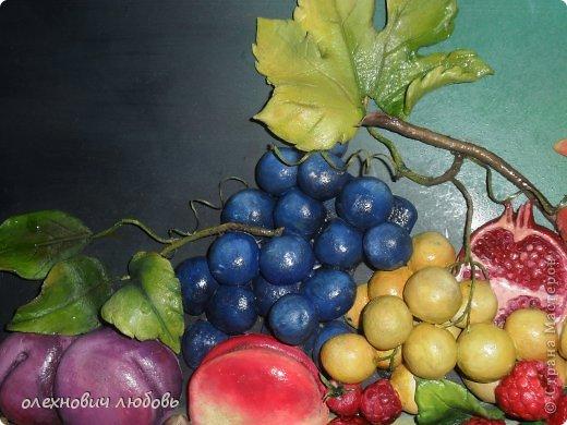 Классический натюрморт из теста. Основа ДВП ,фон и тесто расписано масляными красками,веточки из бумажных жгутиков покрытые клеем ПВА и лаком,виноградные завитушки из ниток и клеяПВА фото 4
