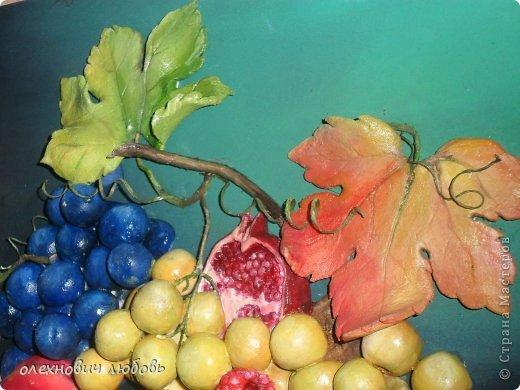Классический натюрморт из теста. Основа ДВП ,фон и тесто расписано масляными красками,веточки из бумажных жгутиков покрытые клеем ПВА и лаком,виноградные завитушки из ниток и клеяПВА фото 3