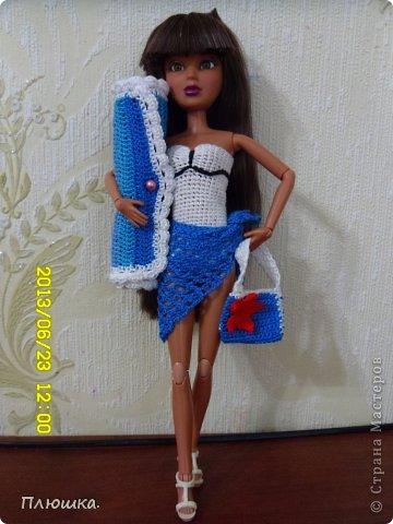 Здравствуйте Страна Мастеров! Хочу показать вам одежду для Леры (так зовут мою куколку).  №1.Купальник! А так же парео, пляжная сумочка и коврик (и если вы заметили, то у неё новый парик!) фото 1