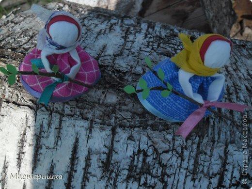 Дорогие мастерицы, с праздником! С Троицей! Праздник Троицы  на Руси неразрывно связан с березками, цветами, травами... Эта кукла сделана на березовой коре,пахнет началом лета. Еще - у нее три косы. Красивый подарок к празднику Троицы. Делали ее на Троицу, в этот день украшали березовыми ветками дом. Девушки вставали рано, до восхода солнца  и шли за водой. В ведра с водой клали веточки березы и несли воду домой, боялись расплескать. А дома все старались напиться и умыться этой водой, кто первый напьется, тот  счастлив будет в этом году. Но мастер- класса на такую куколку не нашлось... Тогда я, используя знания по изготовлению народных кукол и картинку из интернет- магазина, сделала свою Троицу.  Может и вам пригодится. Приступаем! фото 34