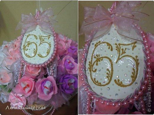 Здравствуйте, дорогие Мастерицы!))Сегодня у меня солянка из свит-дизайна и свадебного.Сначала большая корзина.В ней 65 розочек с рафаэлло. Заказала племянница, на юбилей тёте ( 65- лет, 65- роз!) фото 21