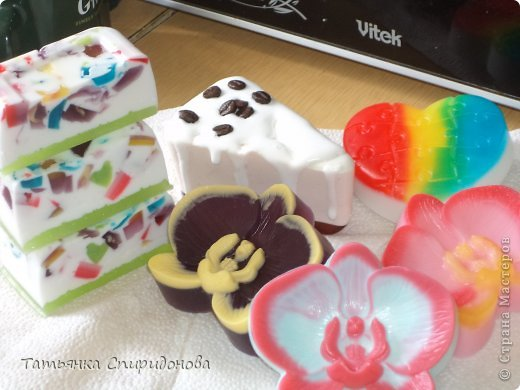 Здравствуйте милые рукодельницы,давно я не делала мыло,а на днях приобрела основу,ну и форму новую,и решила сделать и на подарок,и себе.Это как раз новинка-орхидея,очень понравилась,фантазии нет предела!!!!! фото 7