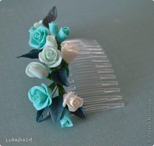 Очень хотелось мне сделать подобную заколку. Думала, что будет легко ее сделать, но ошибалась....долго провозилась с креплением композиции на основу. Цветы лепила из холодного фарфора. Пока из него леплю только розы...наверное многие с этих цветов начинают знакомство с холодным фарфором.  Обычно я леплю из глины Деко, но мне сложно из этой глины лепить маленькие цветы, поэтому пробую и из ХФ. фото 1