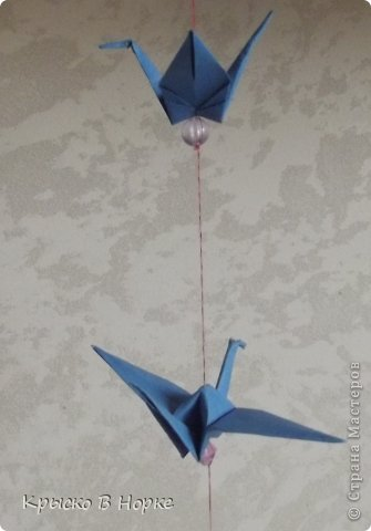 Только не думайте что гирлянда из настоящих журавлей.Она из маленьких синих журавликов сделанных в технике оригами. фото 2