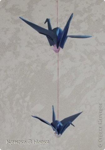 Только не думайте что гирлянда из настоящих журавлей.Она из маленьких синих журавликов сделанных в технике оригами. фото 3
