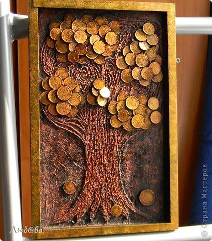 Вот и у меня выросло денежное деревце.  Когда-то давненько была у меня деревянная хлебница. Хлебница свой срок отслужила и выброшена, а вот деревянный поддон был в отличном состоянии и выбрасывать его было очень жалко. Лежал он у меня лежал и вот дождался своего применения. Рамочка моего деревца - это деревянный поддон со старой хлебницы. Благодарю Таню Сорокину https://stranamasterov.ru/node/308701?c=favorite (правда у меня пейп-арт не со скрученных салфеток, а из пряжи) и Марину https://stranamasterov.ru/node/578436?c=favorite за их МК. фото 1
