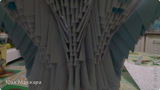 """Вот такой вот лебедь получается в конце работы) А теперь приступим к изготовлению. Нам понадобятся:  *бумага   """"голубая - 145 модулей А4/8 (19 листов)   """"синяя - 85 модулей А4/8 (11 листов)   """" красная - 1 модуль А4/8   """"черная - 1 модуль А4/32   """"белая - 1175 модулей А4/8 (147 листов)   """"светло желтая - 5 полосок шириной 5 мм   """"желтая - 10 полосок шириной 5 мм   """"оранжевая - 10 полосок шириной 5 мм   """"зеленая - 16 полосок шириной 5 мм *клей ПВА *бантик *ленточка *стразы *иголка  фото 30"""
