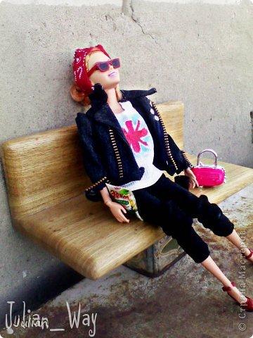 https://stranamasterov.ru/node/595469?c=new начало)) Саммер сидела на лавочке, бессонная ночь давала о себе знать- ноги гудели, а в ушах до сих пор доносилось БАМ-БАМ-БАМ,  но в этом и заключается вся прелесть рок-концертов.... -Ну почему в этом ларьке из съедобного продаются только мюсли?!- задала она вопрос сама себе- хорошо что хоть кофе на вынос есть.... фото 1