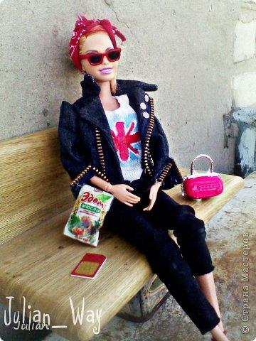 https://stranamasterov.ru/node/595469?c=new начало)) Саммер сидела на лавочке, бессонная ночь давала о себе знать- ноги гудели, а в ушах до сих пор доносилось БАМ-БАМ-БАМ,  но в этом и заключается вся прелесть рок-концертов.... -Ну почему в этом ларьке из съедобного продаются только мюсли?!- задала она вопрос сама себе- хорошо что хоть кофе на вынос есть.... фото 3