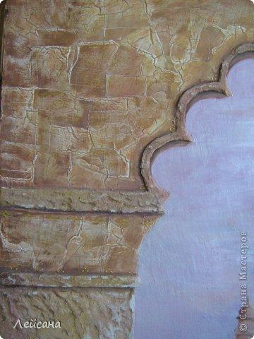 Моя первая фреска. Подарок родителям в зал, для поддержки восточного стиля. Длина фрески-120см. Извиняюсь за качество фото. Цвета в реальности немного другие... Но на этом фото видна перламутровая фактура неба, которая при разных ракурсах и освещениях играет разными цветами. Небо красками не рисовала, а рисовала декоративной штукатуркой-очень сложная техника... фото 2